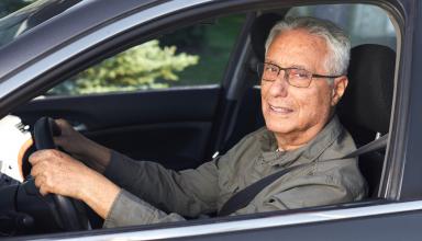Starszy mężczyzna za kierownicą