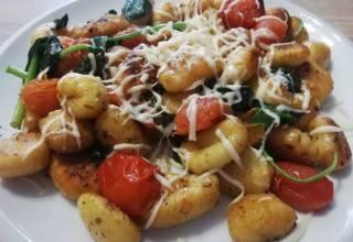 Gnocchi ze szpinakiem i pomidorkami koktajlowymi