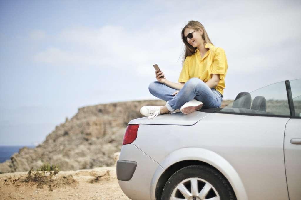 kobieta siedzaca na samochodzie